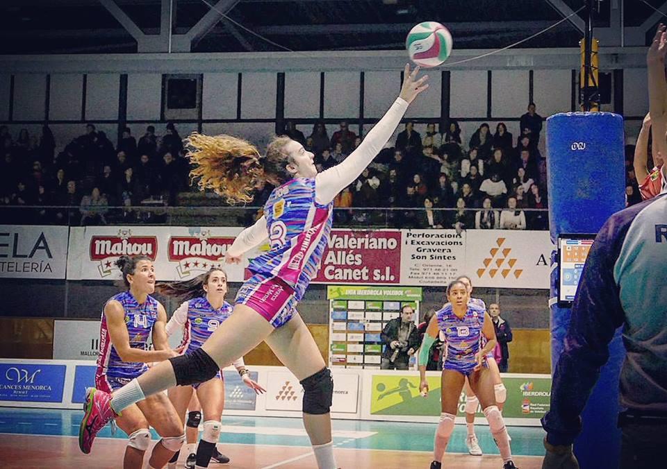 Remate de Aina Pons durante el partido (Foto: Vòlei Ciutadella)