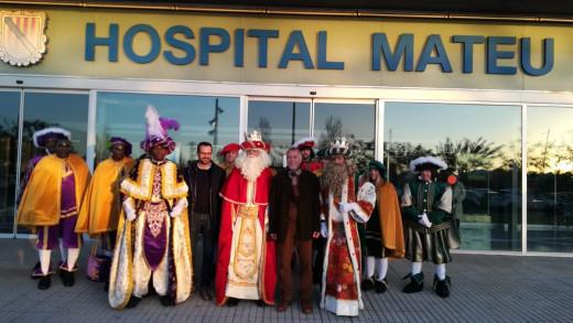 Los Reyes Magos, a las puertas del hospital (Foto: Àrea de Salut de Menorca)