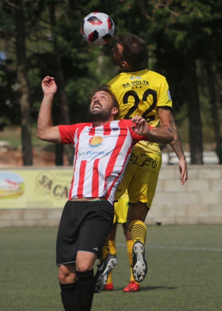 Rubén salta junto a un jugador del Formentera.