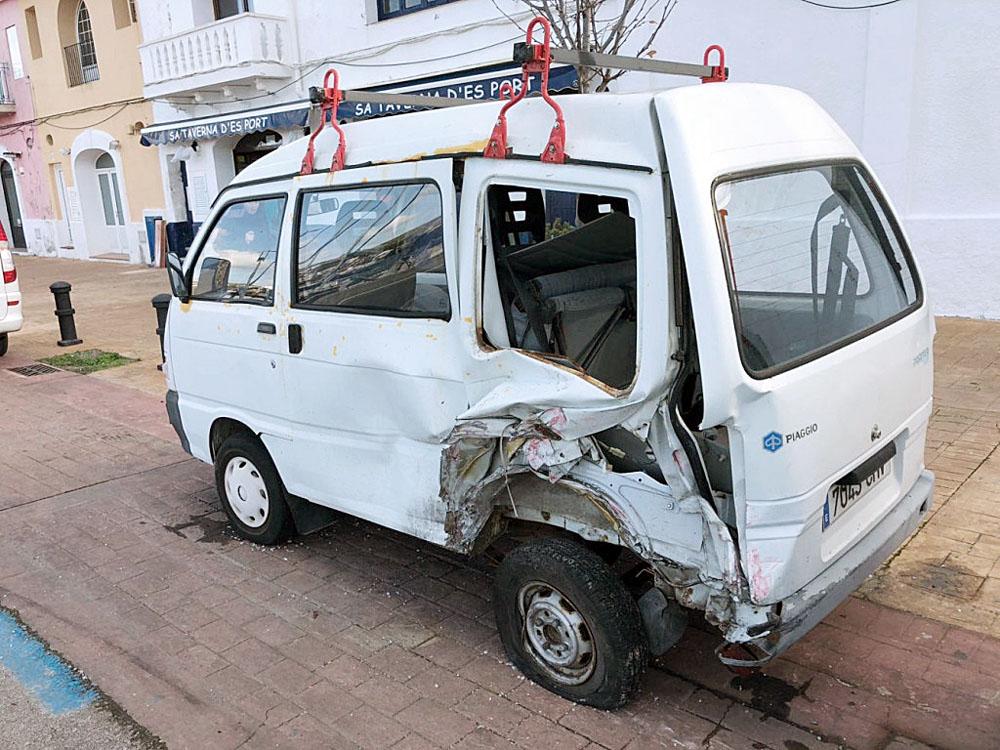 Imagen de la furgoneta embestida (Foto: Tolo Mercadal)