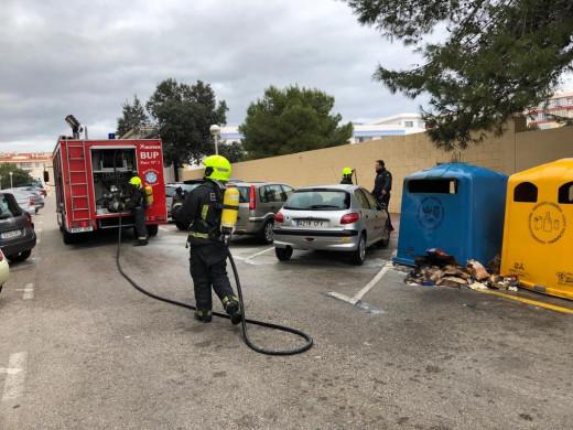 (Fotos) Incendiado un contenedor de cartón en la calle Font i Vidal de Maó