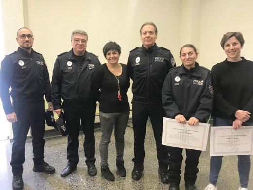 Maribel Portella y María Campins con la concejala Laia Obrador y otros policías tutores