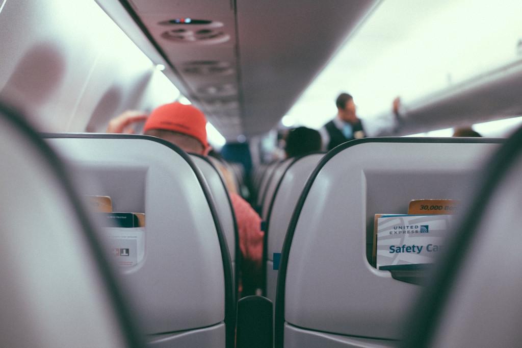 Interior de un avión de pasajeros