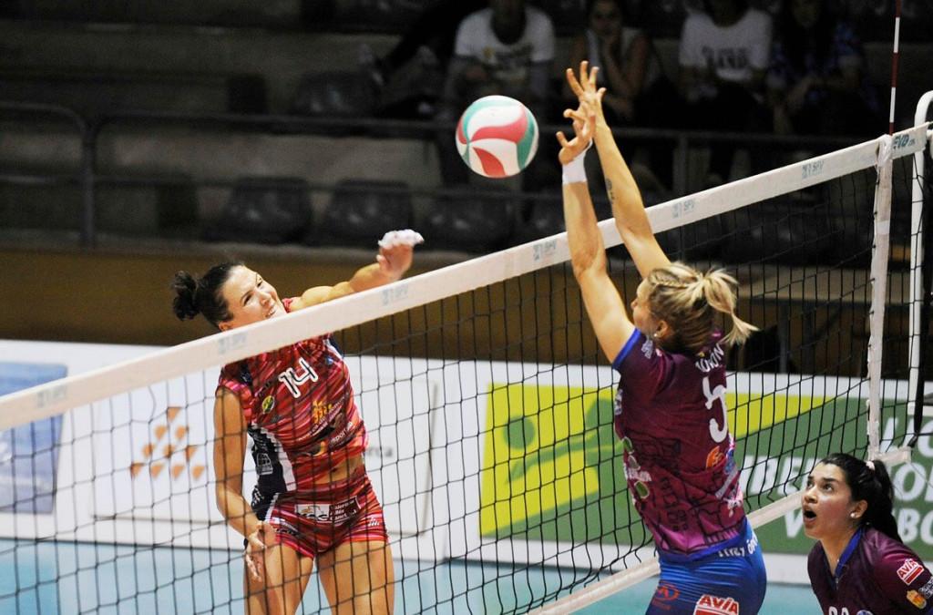 Noelia Sánchez remata ante la defensa del Haro.