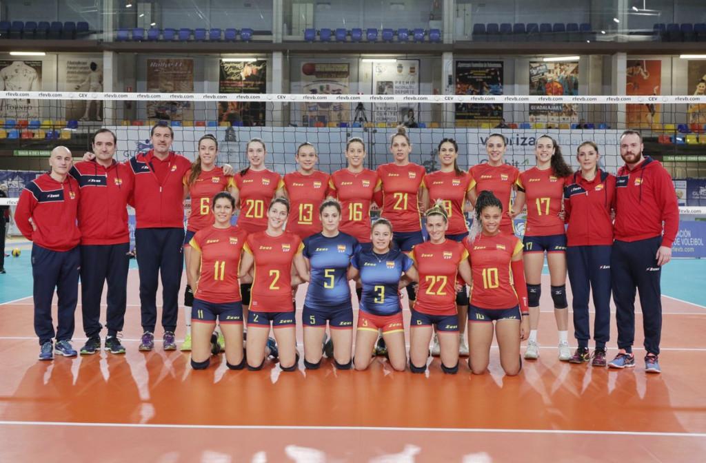 Gomila, junto a la plantilla y cuerpo técnico de la selección (Foto: RFEVB)