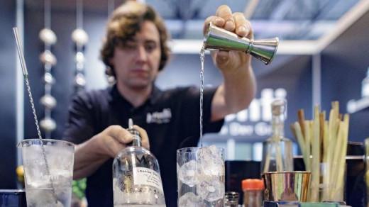 Un camarero preparando un cocktail.