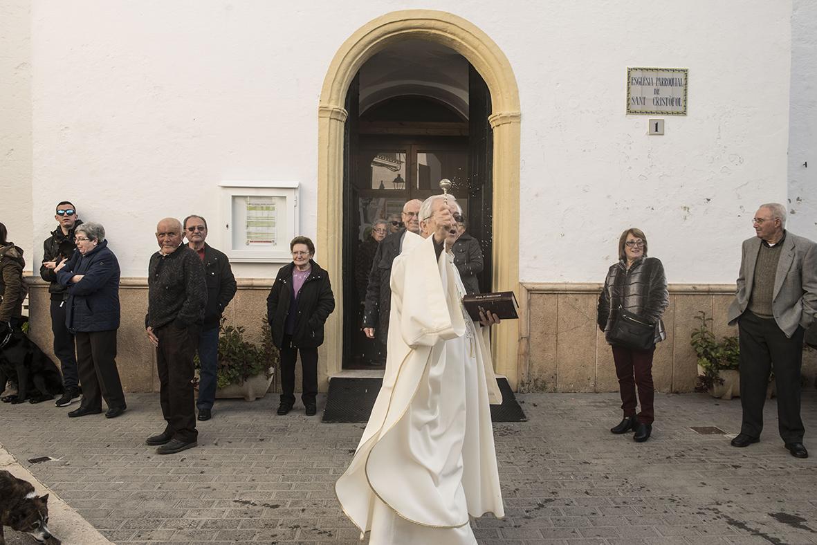 El cura regresó rápidamente al templo tras la 'bendición exprés'.