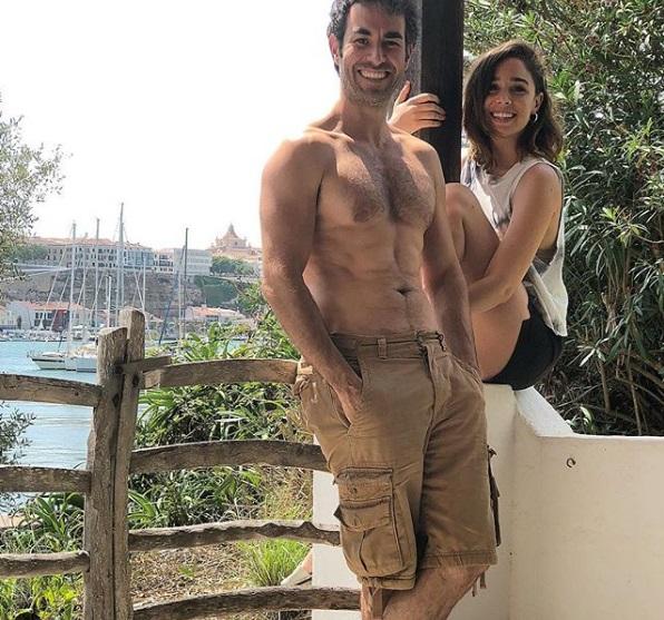 Candela Serrat y Daniel Muriel en la casa que Joan Manel Serrat tiene en el puerto de Maó (Foto: @danimuriel)