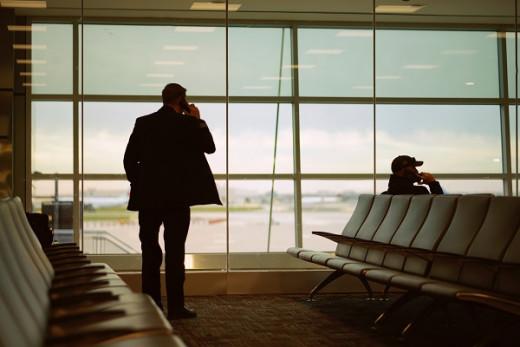 Pasajero en un aeropuerto.