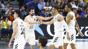 Llull felicita a sus compañeros (Foto: ACB Photo)
