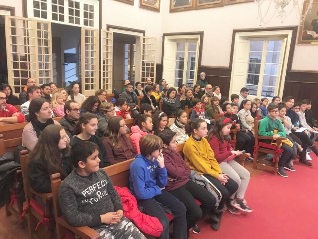 Los niños y niñas atendieron las explicaciones de la alcaldesa de Maó, Conxa Juanola