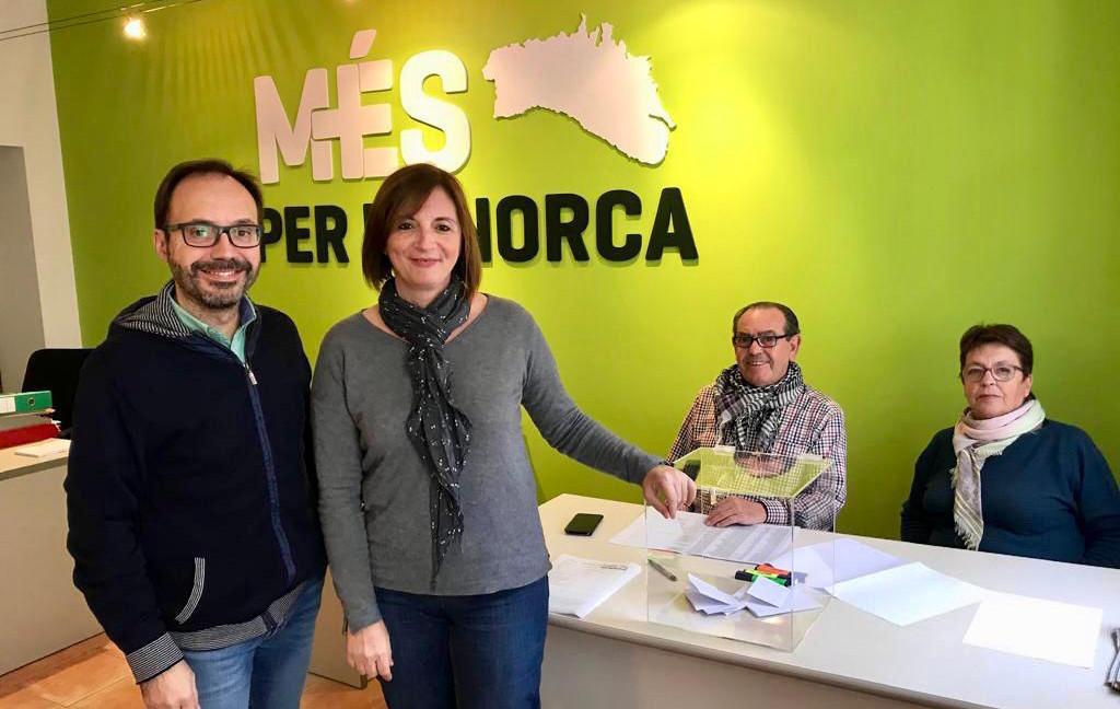 El diputado Josep Castells y la consellera Maite Salord en la sede de Més per Menorca