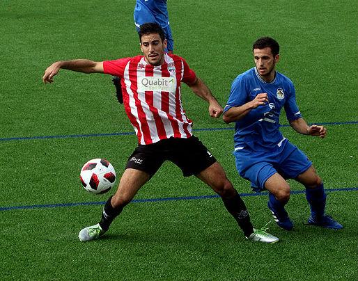 Elliot controla el balón ante un rival