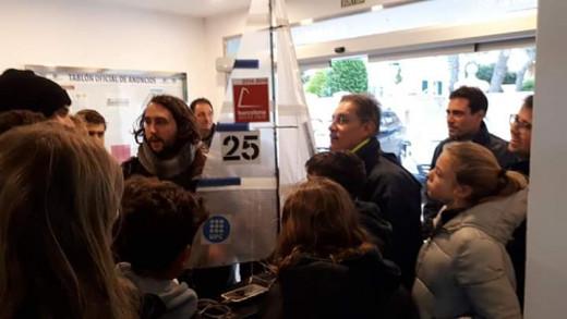 Jóvenes aficionados a la vela acudieron a ver el velero teledirigido (Foto: (Club Nàutic Ciutadella)