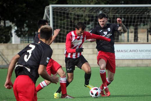 Guillem Martí pelea por un balón (Foto: deportesmenorca.com)