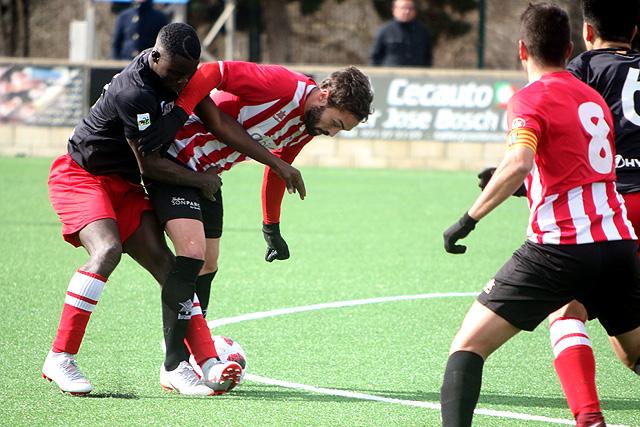 Rubén Carreras disputa un balón (Fotos: deportesmenorca.com)
