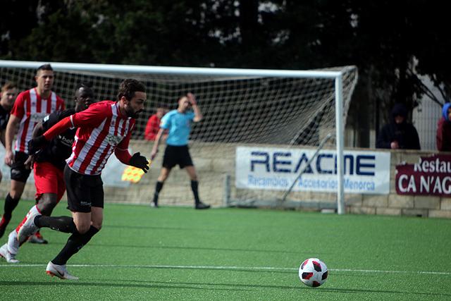 Rubén avanza con el balón.