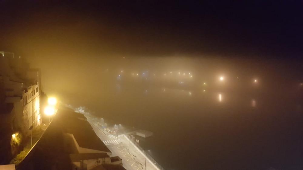 La niebla sobre el puerto de Maó a primera hora de la mañana (Fotos: Juan Valdespina)