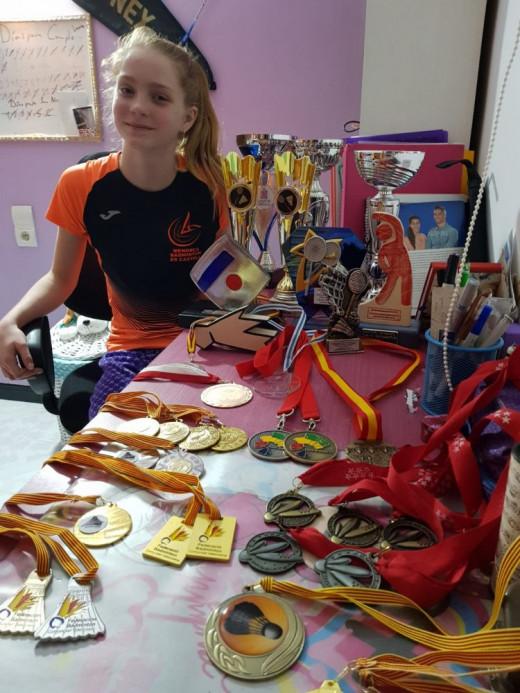 Laura Anglada, rodeada de trofeos.