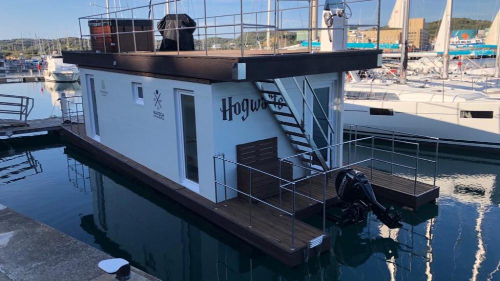Imagen de la embarcación en el puerto de Maó (Fotos: Tolo Mercadal)