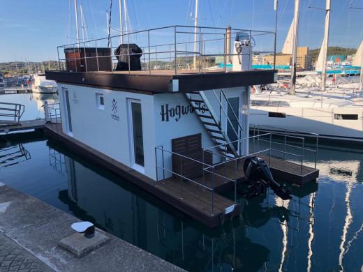 """(Fotos) """"Hogwarts"""": el barco casa que impacta en el puerto de Maó"""