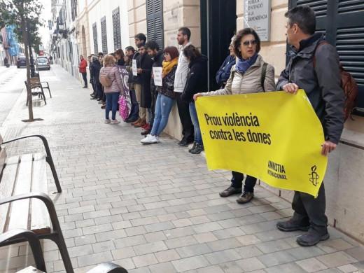 (Fotos) Silencio en Maó por la última víctima de violencia de género