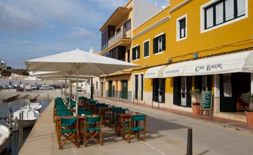 Terraza y fachada del Cafè Balear.