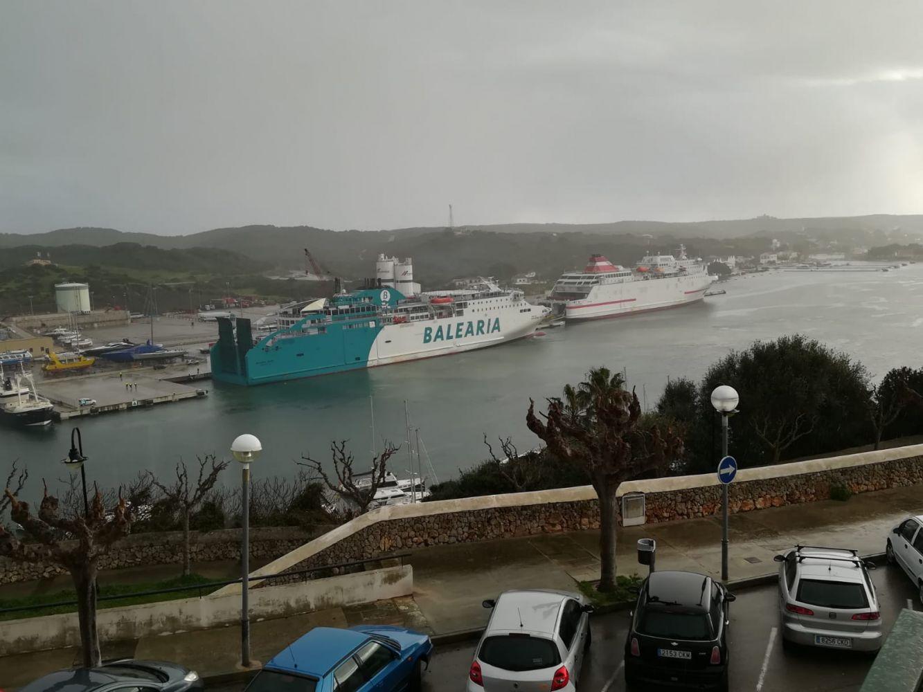 El de Balearis procedente de Mallorca se encontró con el JJ Syster de Armas-Transmediterránea que llegó de Barcelona. (FOTO: NANDO ANDREU)