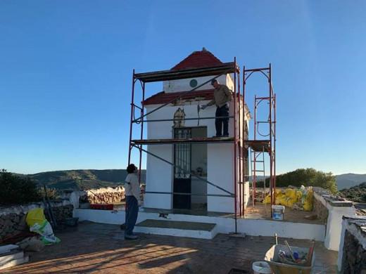 Numerosos voluntarios de Ferreries se unen al proyecto de reforma de la ermita. (Foto: Camins Ferreries)