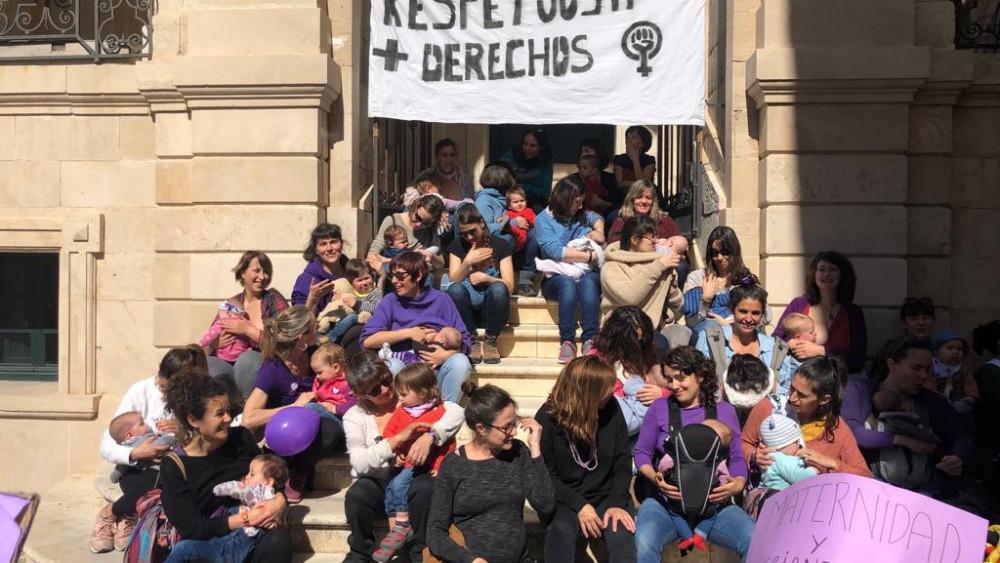 Un nuemeroso grupo de mujeres se han reunido con su bebés en la puerto del Ayuntamiento de Maó
