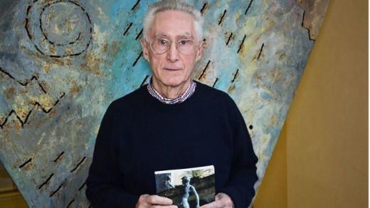 Pere Josep Carrió, con el libro (Foto: mallorcadiario.com)