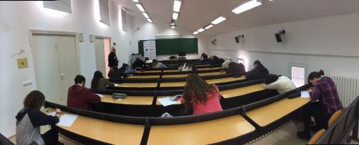 En la imagen, jóvenes estudiantes en la sede de la UIB en Alaior