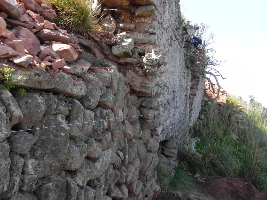 La muralla amenazaba con caerse por su mal estado.