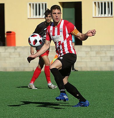 Raúl Marqués controla un balón.