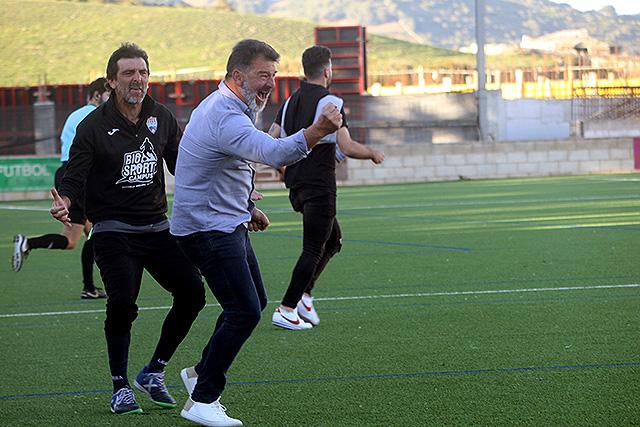 Pere Vadell celebra el gol de la victoria (Fotos: deportesmenorca.com)