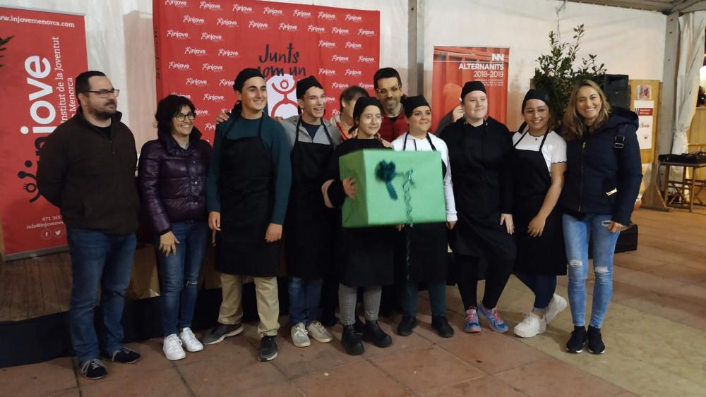 """El equipo del Casal de Joves de Ciutadella preparó los mejores """"guixons amb calamars"""""""
