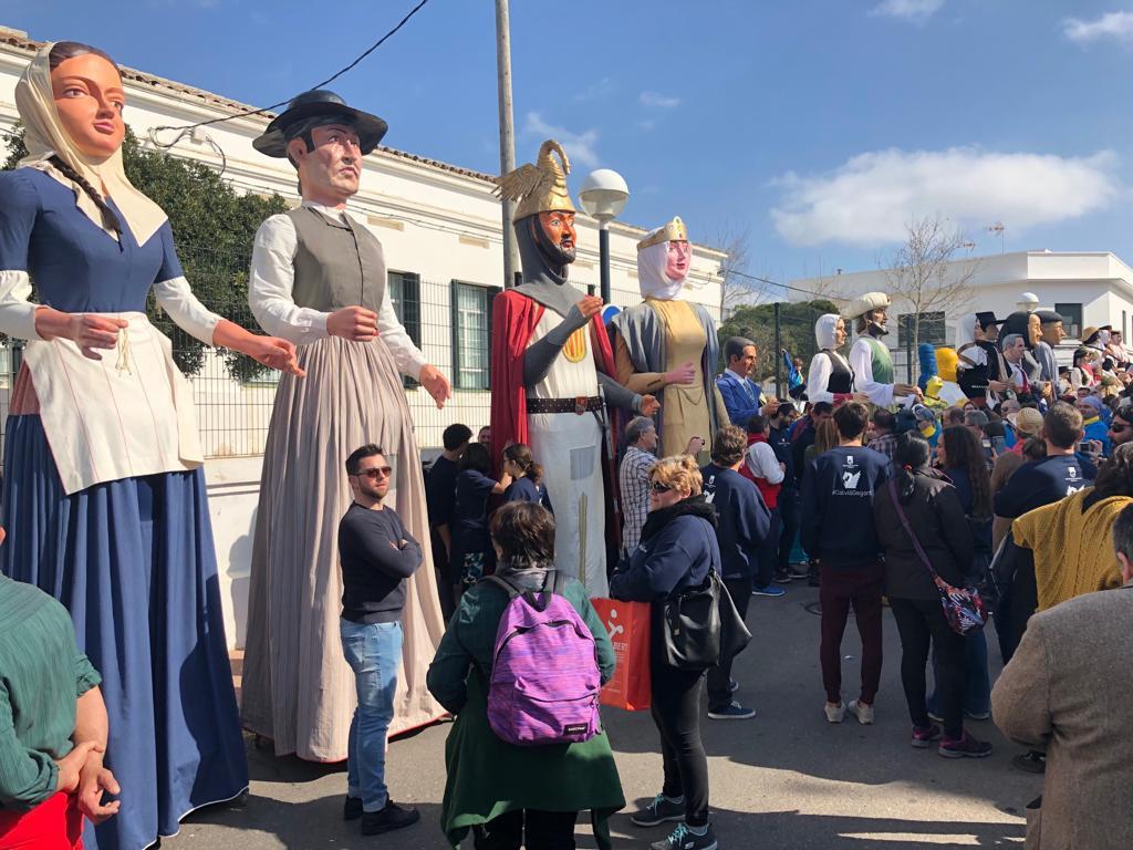 """Los """"gegants"""" fueron los protegonistas del Día de Baleares en Sant Lluís este año"""