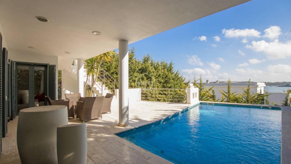 Imagen de la piscina y terraza de la propiedad.