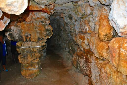 La cueva del Moro, sostenida por 3 columnas de piedra, destaca en este yacimiento arqueológico