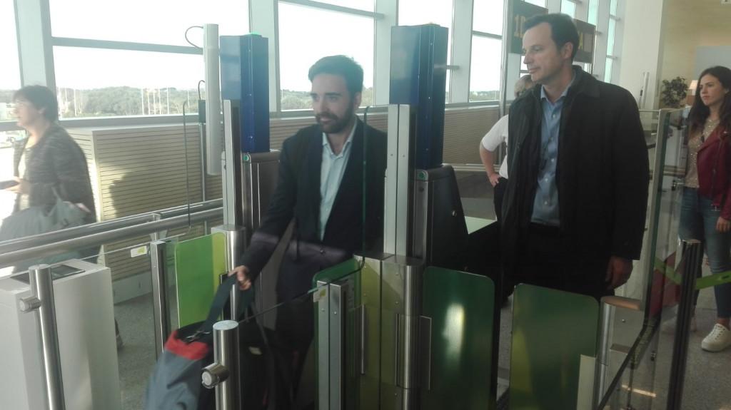 Los pasajeros no deberán mostrar ni su documentación ni su tarjeta de embarque.