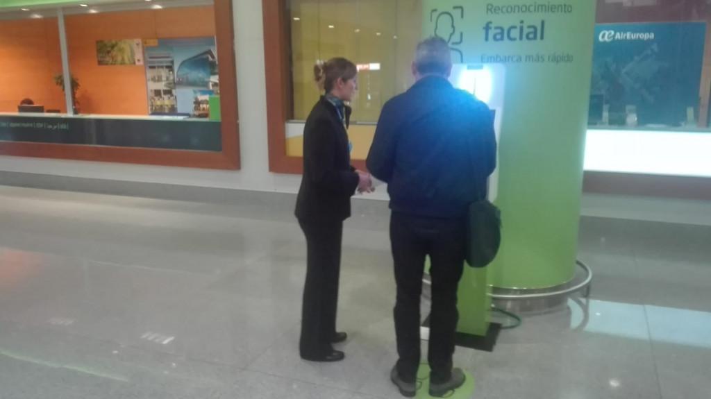 Quenes ya lleven la tarjeta de embarque podrán usar el quiosco independiente ubicado en el mismo piso para su escaneo facial.