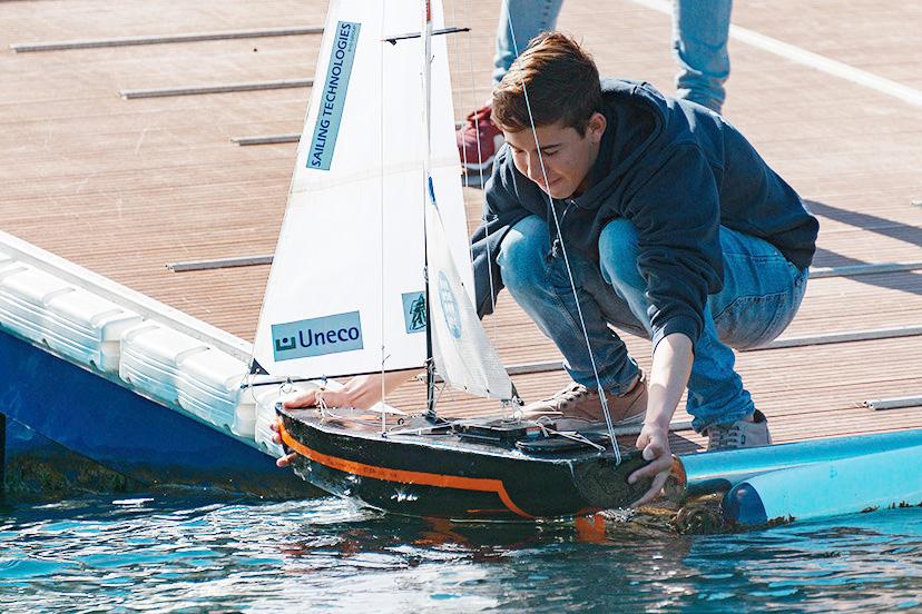 Los jóvenes demostraron sus habilidades con los pequeños veleros