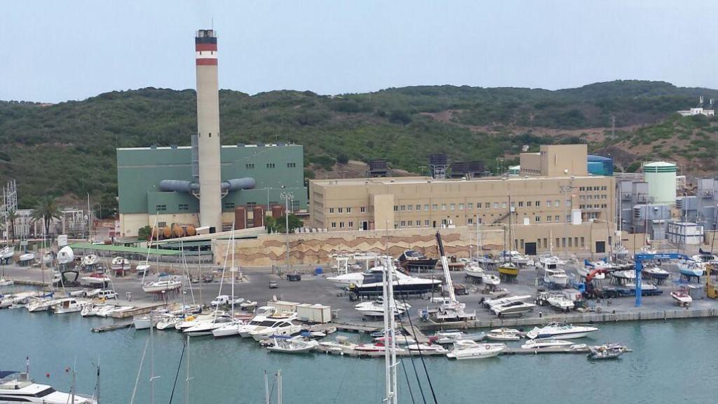 Reducir la contaminación de la central del puerto de Maó es uno de los objetivos