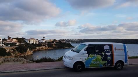 Imagen de la furgoneta de Endesa que visita los colegios en Menorca.