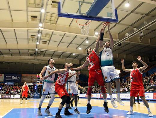 Andreu Matalí trata de anotar (Foto: deportesmenorca.com)