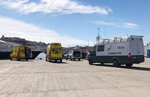 Imagen de los servicios sanitarios que acudieron al puerto de Eivissa para auxiliar al buzo (Foto: Nou Diari)