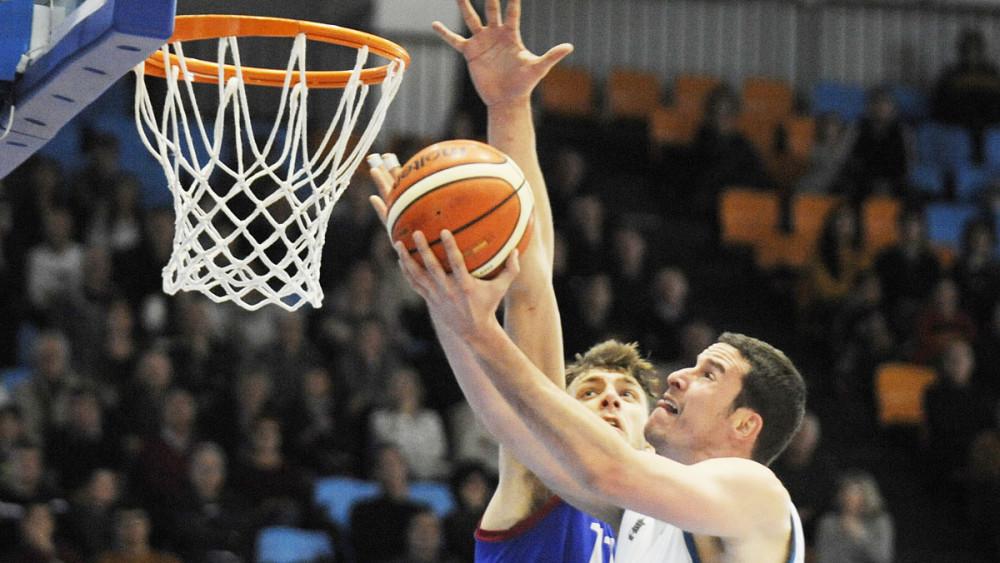 Andreu Matalí lanza a canasta (Foto: Tolo Mercadal)