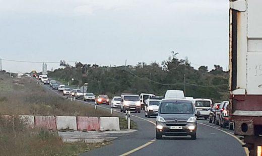 Largas colas de coches atascados esta mañana en la carretera general
