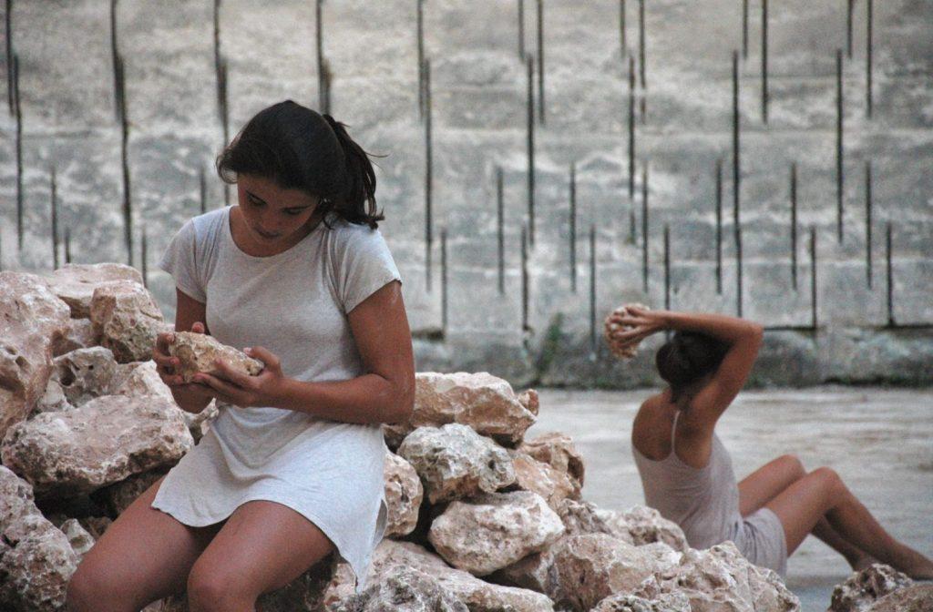 Imagen de unas jóvenes en Líthica (Foto: Pep Salvador®)