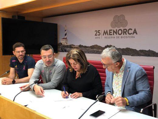 Momento de la firma con Avarca Menorca esta mañana en la sede del Consell